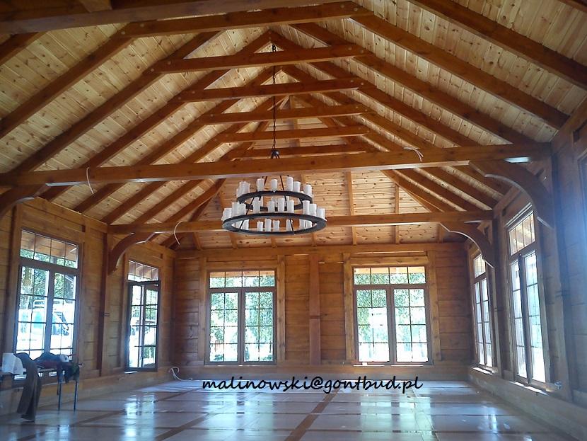 Sala biesiadna drewnianego domu weselnego